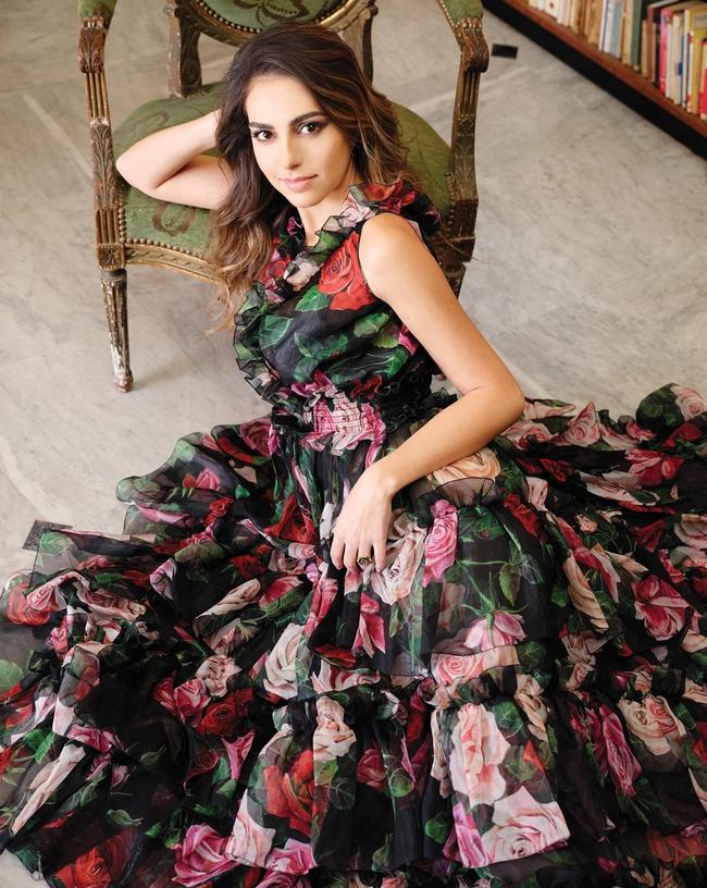 الفستان والحذاء من Dolce & Gabbana المجوهرات من L'Atelier Nawbar