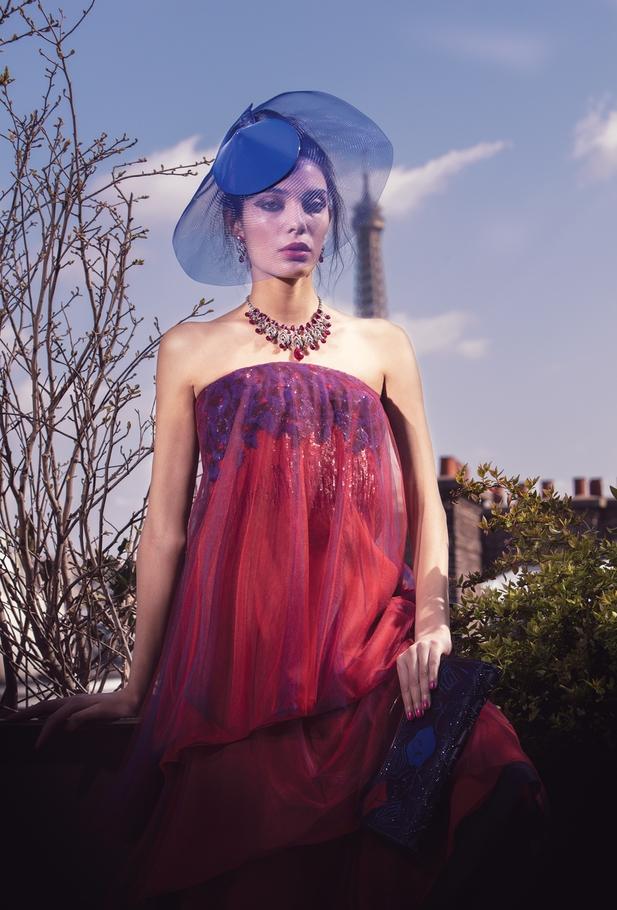 الفستان  والقبّعة من Armani Privé المجوهرات من   Cartier
