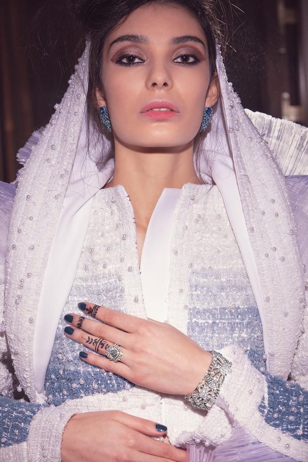 الأزياء من  Balmain المجوهرات من  Piaget