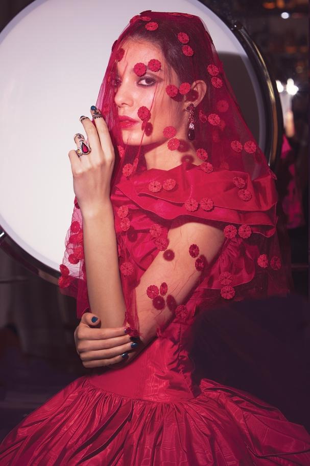 الفستان من Giambattista Valli والمجوهرات من   Chopard