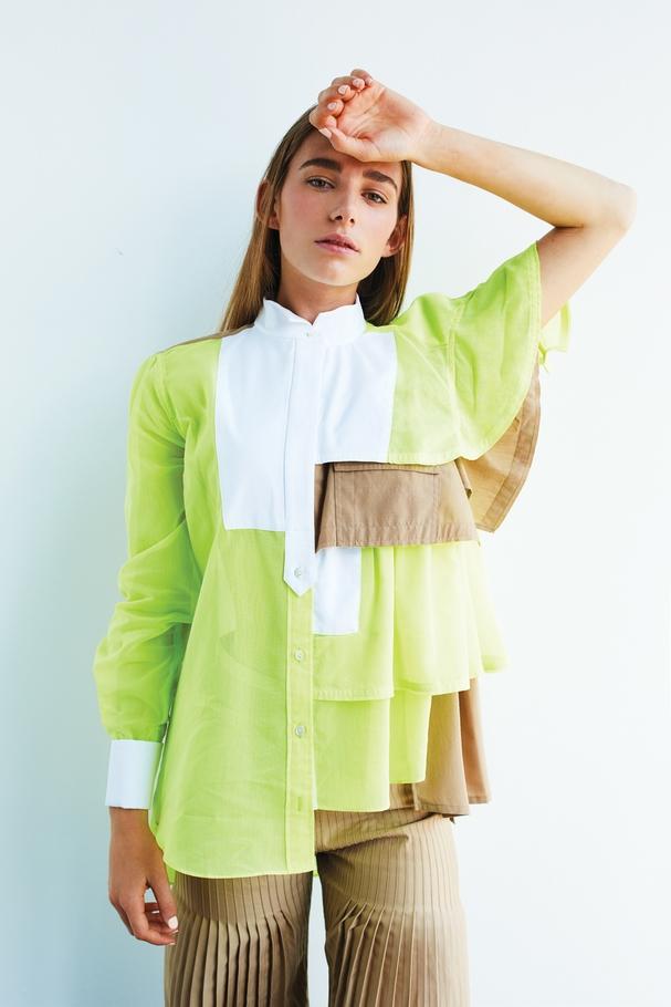 قميص باللون الأخضر النيون والبنّيّ بجانب مزدان بالكشكش  وسروال من Sacai
