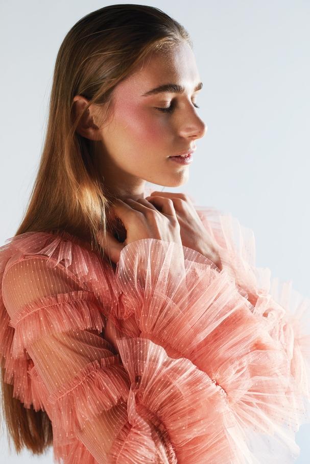 فستان طويل متعدّد الطبقات باللون الزهريّ الدرّاقيّ من Alice McCall