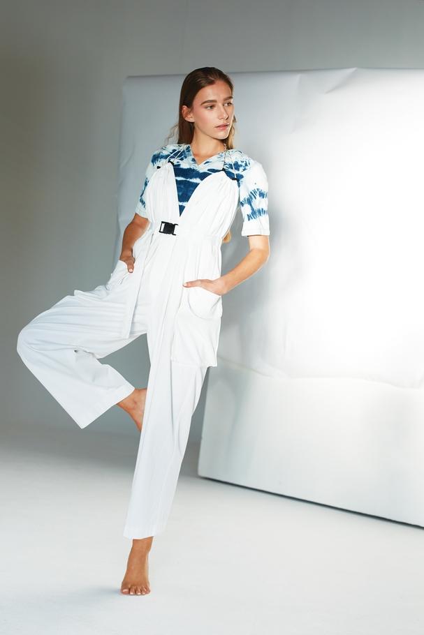 بلوزة مطبّعة بنقشة Tie Dye من Stella McCartney وبدلةBoiler  واسعة من Dries Van Noten