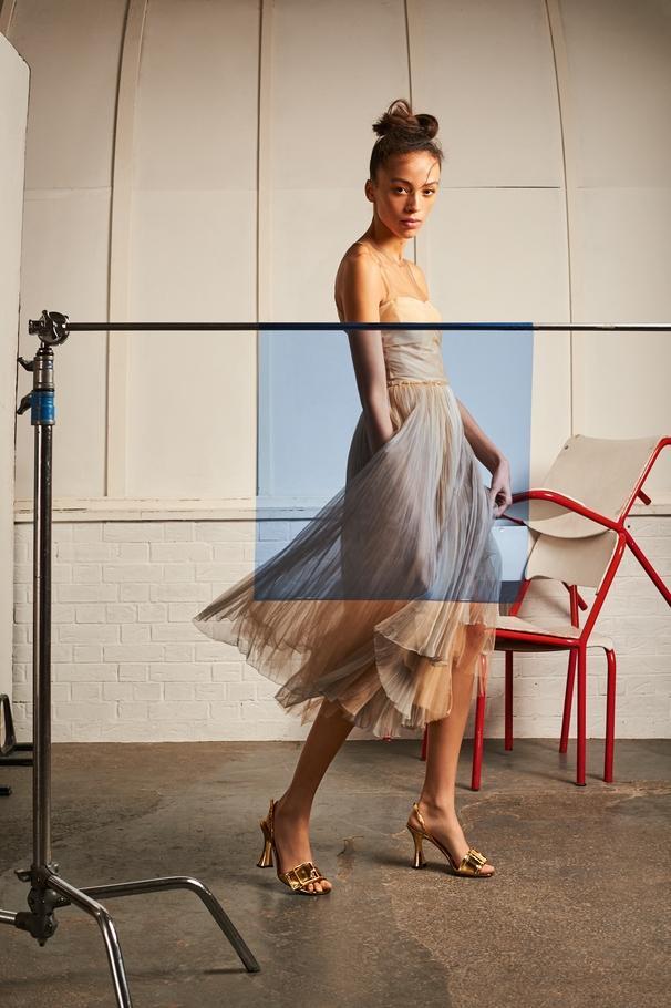 الفستان من Christian Dior والصندل من Rochas