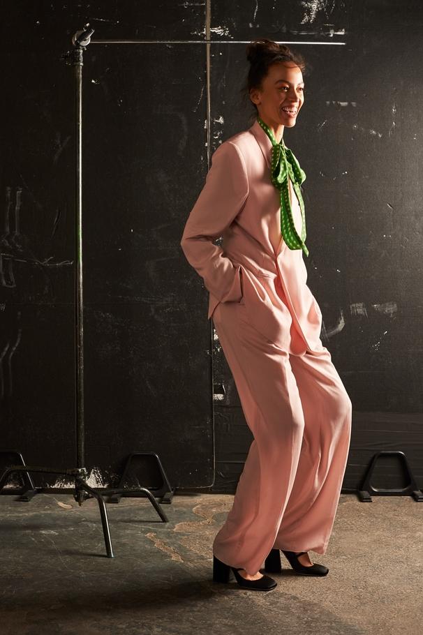 القميص مع ربطة عنق من Saint Laurent والبدلة من Dior Homme