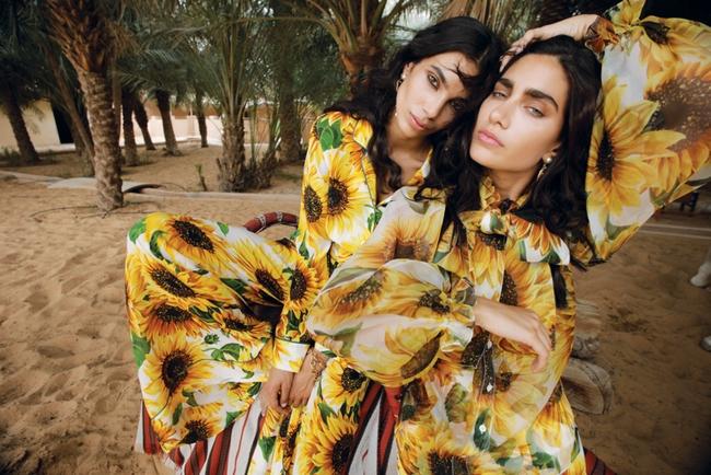 العارضة الأولى والثانية:  الأزياء والمجوهرات كلّها من Dolce & Gabbana