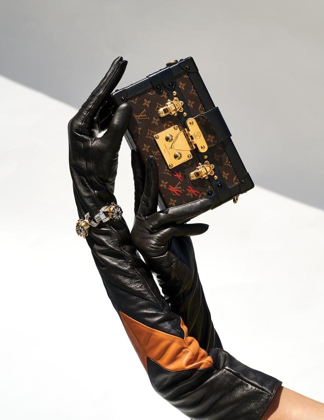 حقيبة Petite Malle بنقشة المونوغرام وقفّازان من الجلد وسوار