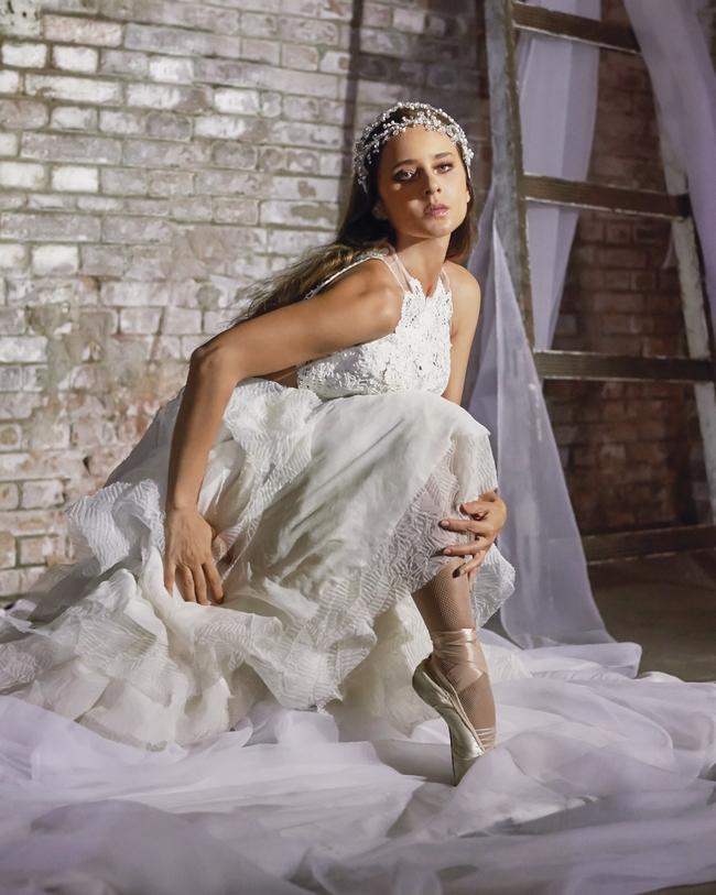 فستان أبيض من Yolan Cris وإكسسوار للرأس من Wahekaya ، لدى Weaving Grace