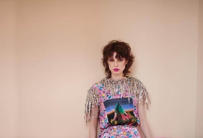 فستان مطبّع ومزيّن بأشرطة معدنيّة وحزام معدنيّ من Louis Vuitton