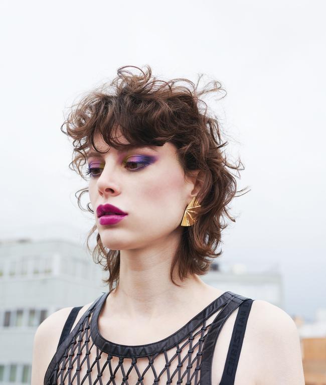 فستان مشبّك من الجلد من  Diorوأقراط من الذهب عيار 18 قيراطاً من Anastasia Kessaris