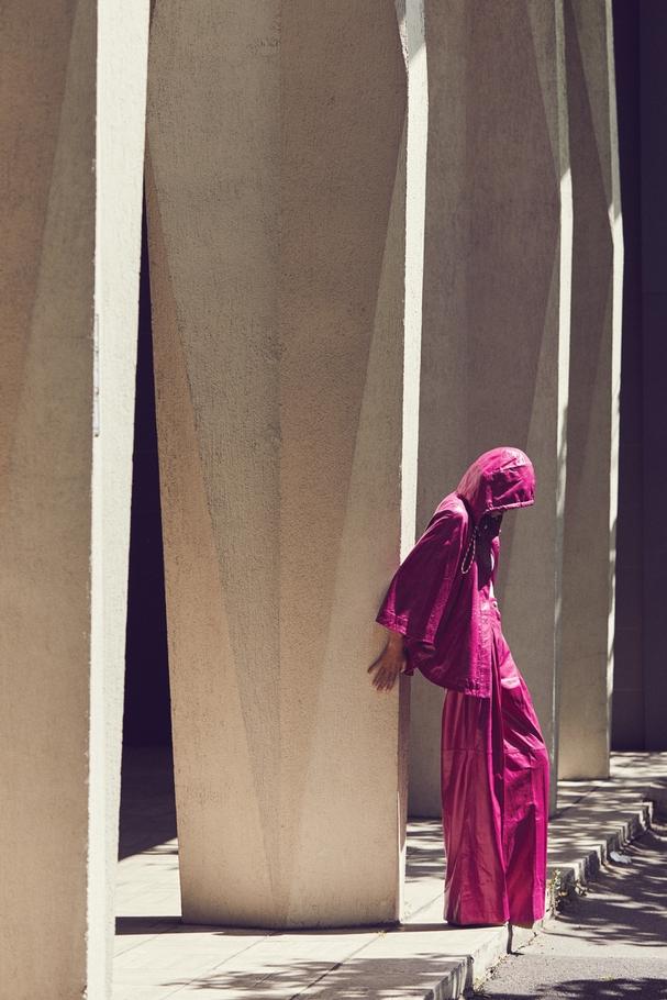 بونشو وسروال لامع من جلد الخروف من Chanel