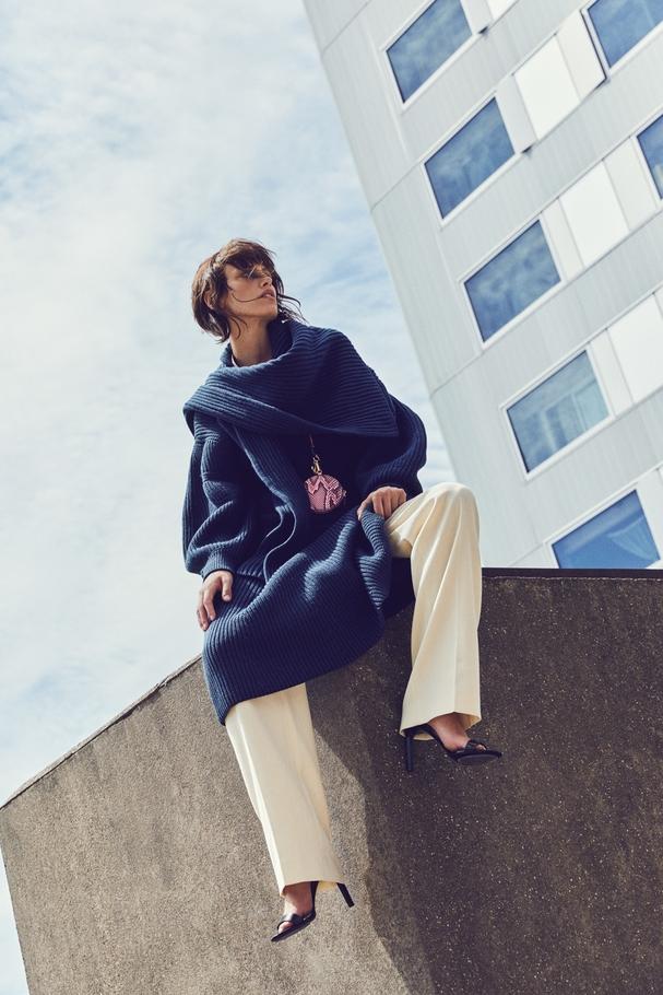 فستان ووشاح من الصوف المحبوك  سروال من الصوف وحقيبة صغيرة وصندل. كلّها من Givenchy