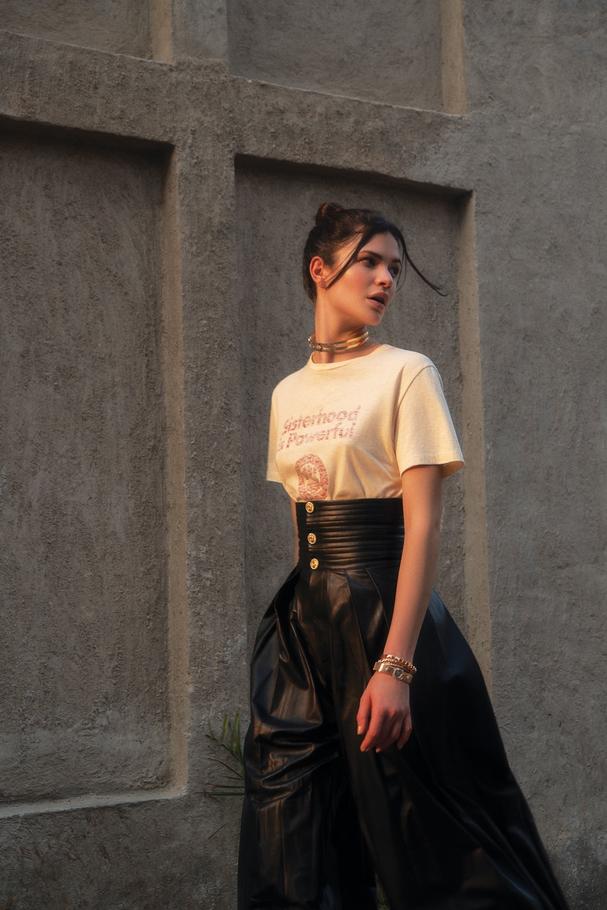 قميص تي شيرت من Dior وسروال من  Gucciوعقد من  Messikaوسواران من  Bvlgari