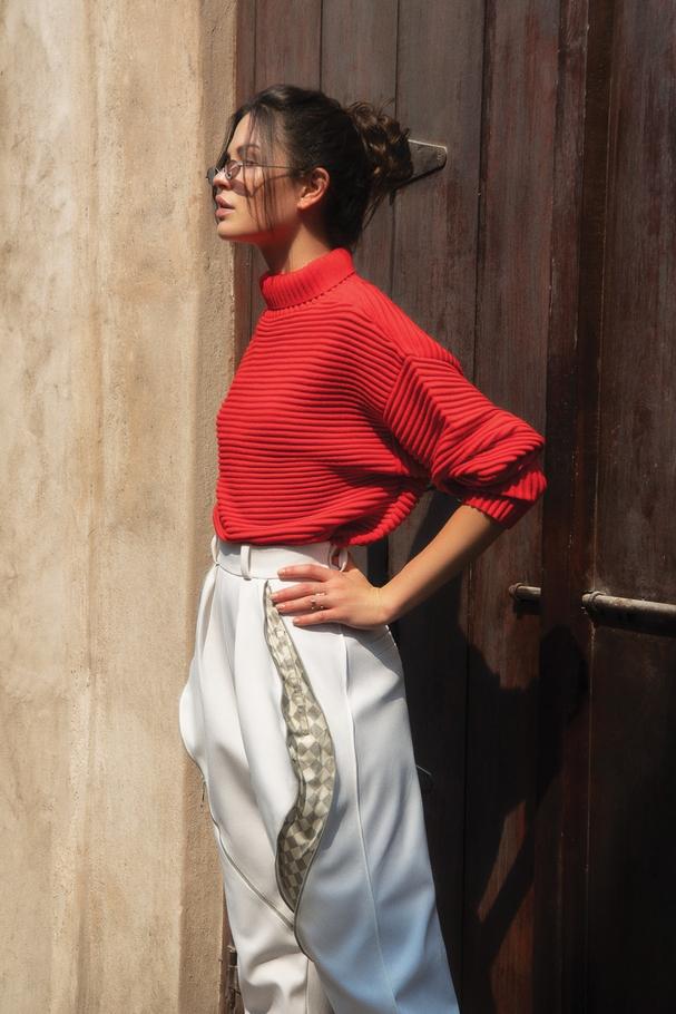 "سروال من  Louis Vuittonومجوهرات من  Repossiونظارات شمسيّة Spektre لدى Etoile ""La Boutique"" وكنزة من Victoria Beckham  لدى  Boutique 1"