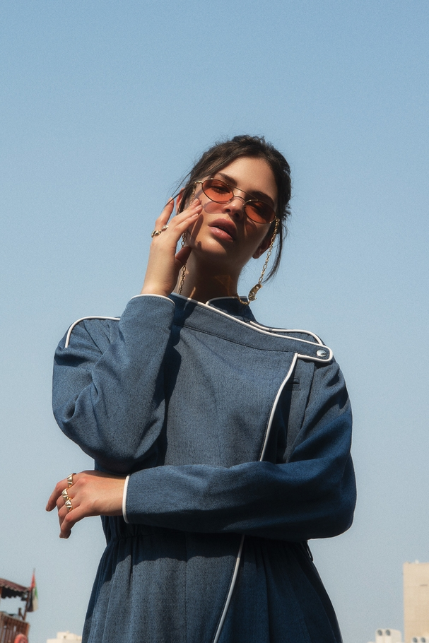 "جمبسوت من  Louis Vuittonونظارات شمسيّة من Alessandra Rich لدى  Etoile ""La Boutique"" وخواتم من Vhernier  وأقراط من  Georg Jensen"