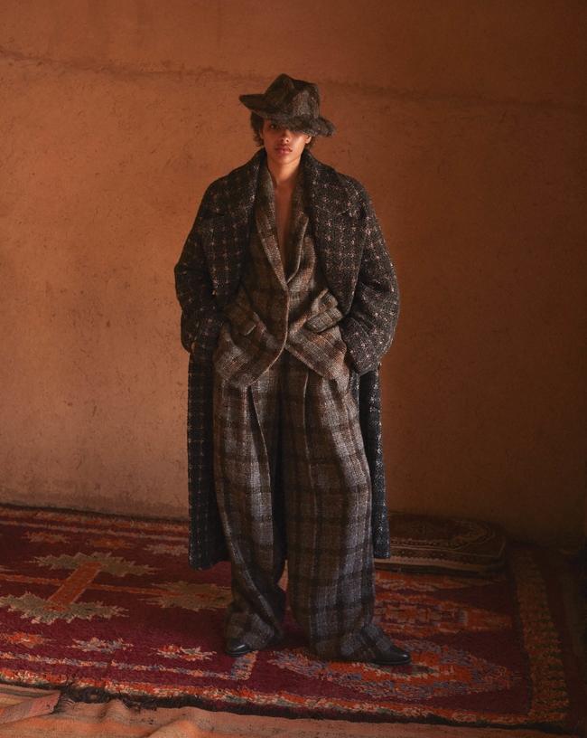 المعطف والسترة والسروال والقبعة كلّها من Chanel