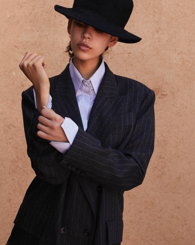 السترة من Max Maraوالقميص من The Row والقبعة من Nina Ricci