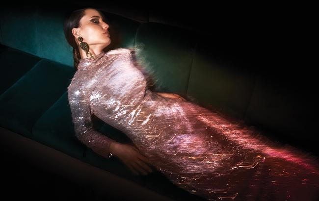 فستان من Temperely London لدى Etoile La Boutique وأقراط من Oscar de la Renta لدى Boutique 1
