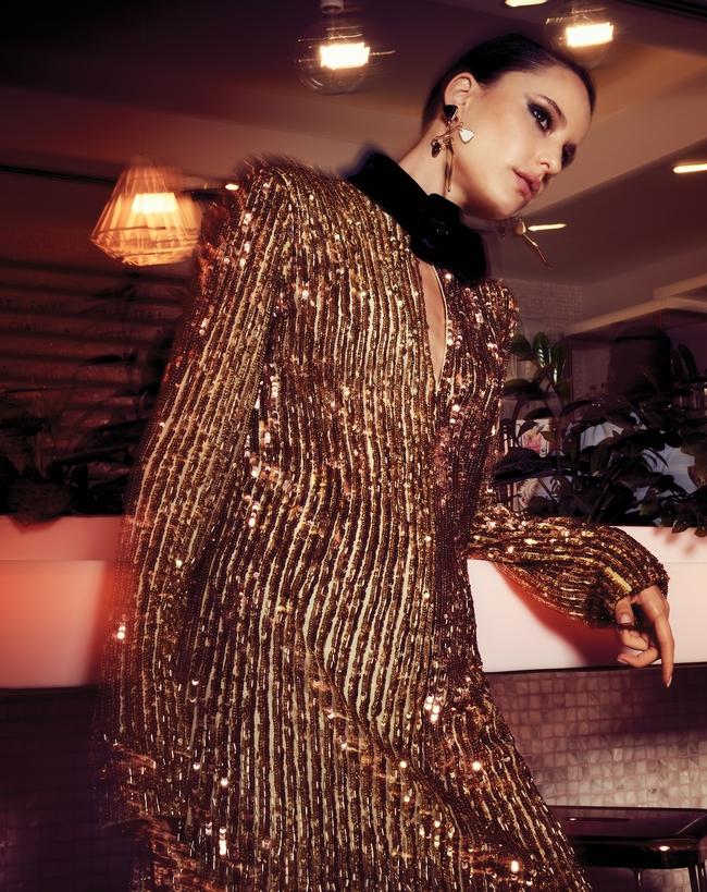 فستان من Attico The لدى Harvey Nichols دبي وأقراط من Boyajian Sonia لدى Boutique 1