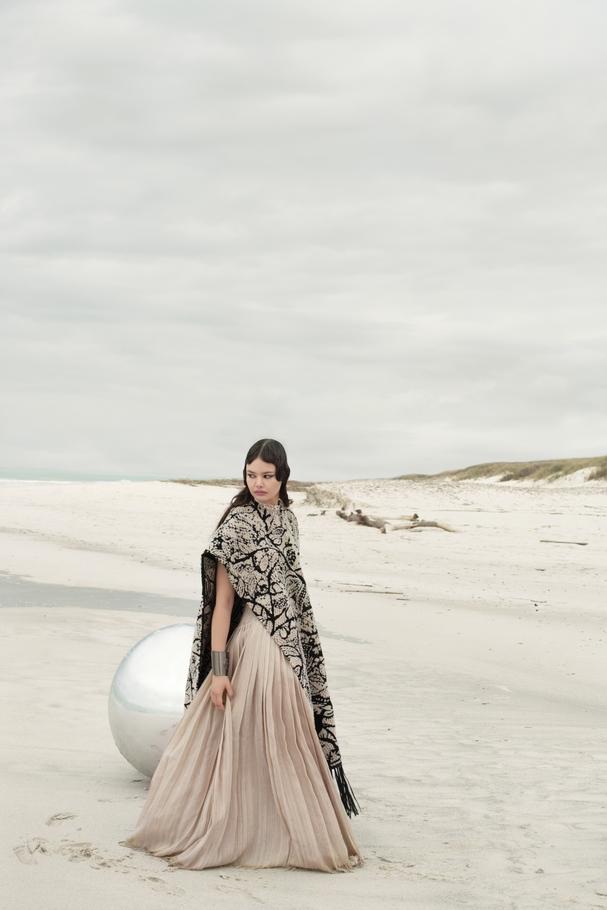معطف قابل للعكس من جلد الغزال والحمل مُحاك بنمط Intarsia من Dior وتنّورة طويلة من نسيج شانتونغ الحريري بلون حياديّ من Dior