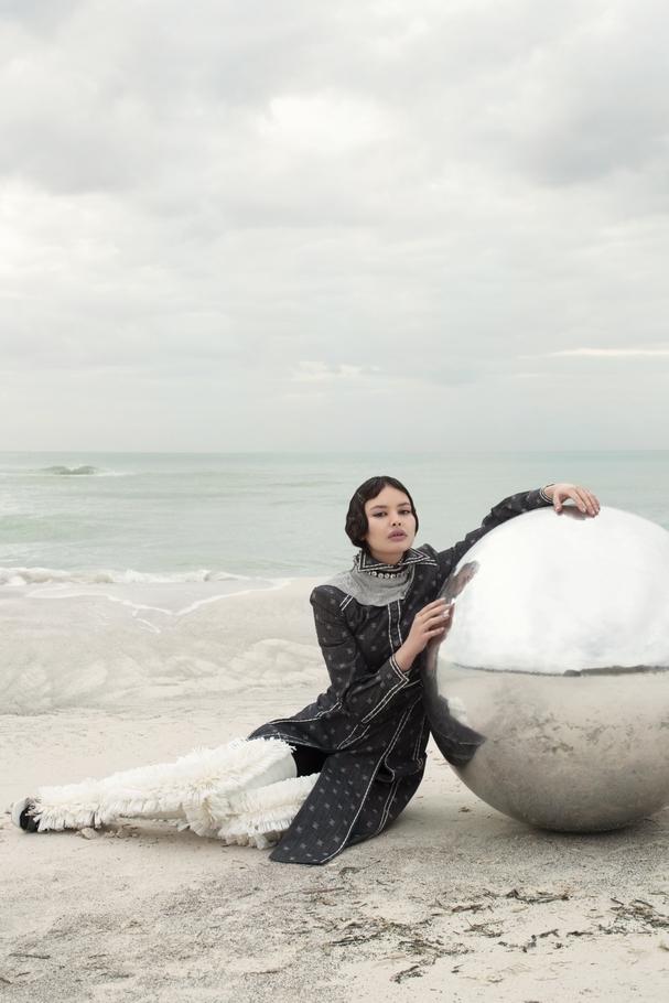 فستان من Fendi وعقود مستوحاة من الفضاء من Alessio Benetti وحذاء من Amorphose