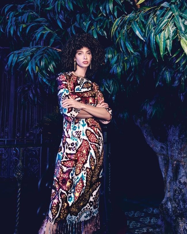 فستان متعدّد الألوان وأقراط من Dior