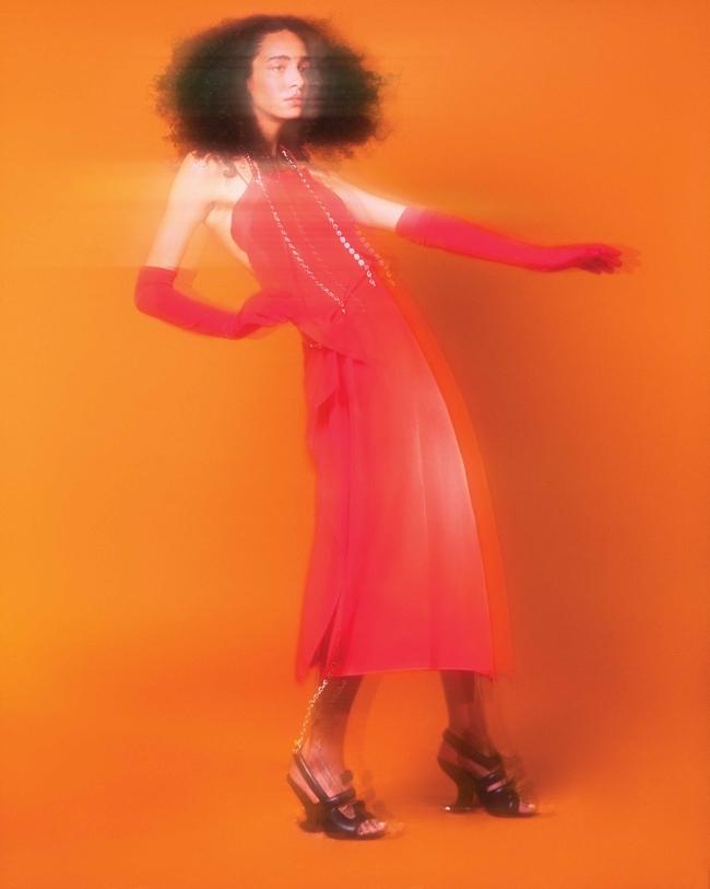 فستان وكعب عالٍ من Givenchy وقفازات من Manokhi