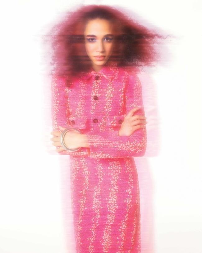 سترة بقصّة قصيرة وفستان وسوار من Bottega Veneta