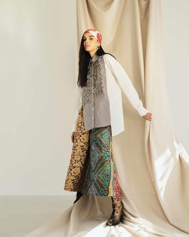 قميص وسروال واسع ووشاح وجزمة وأقراط وقلادة من Dolce & Gabbana