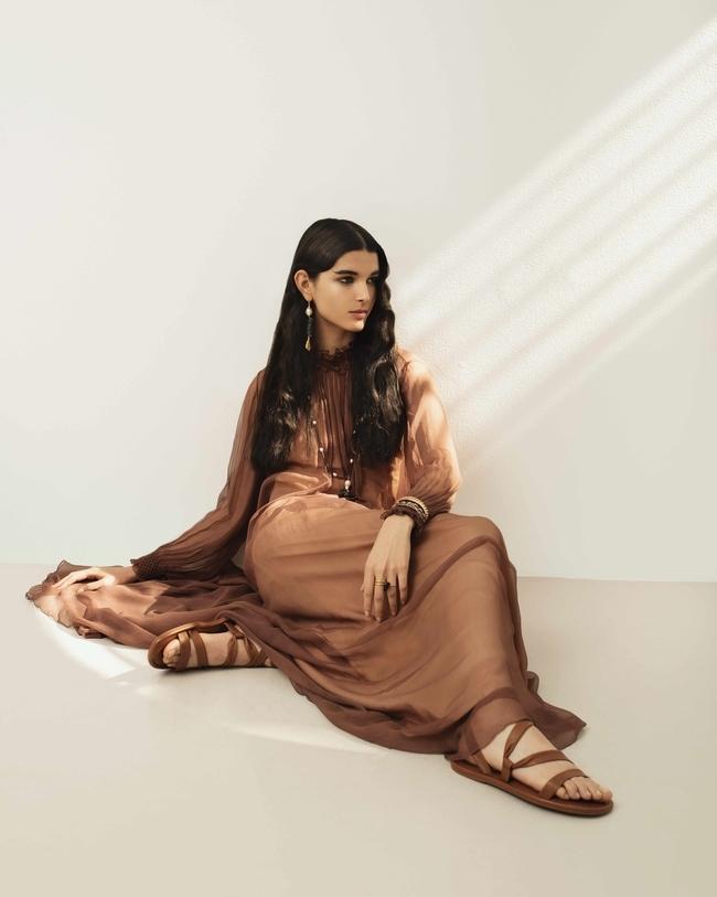 فستان وصندل وأقراط وقلادة وخاتم من Dior وسوار من Barbara Biffoli