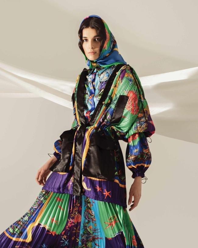 سترة وقميص وتنورة ووشاح من Versace
