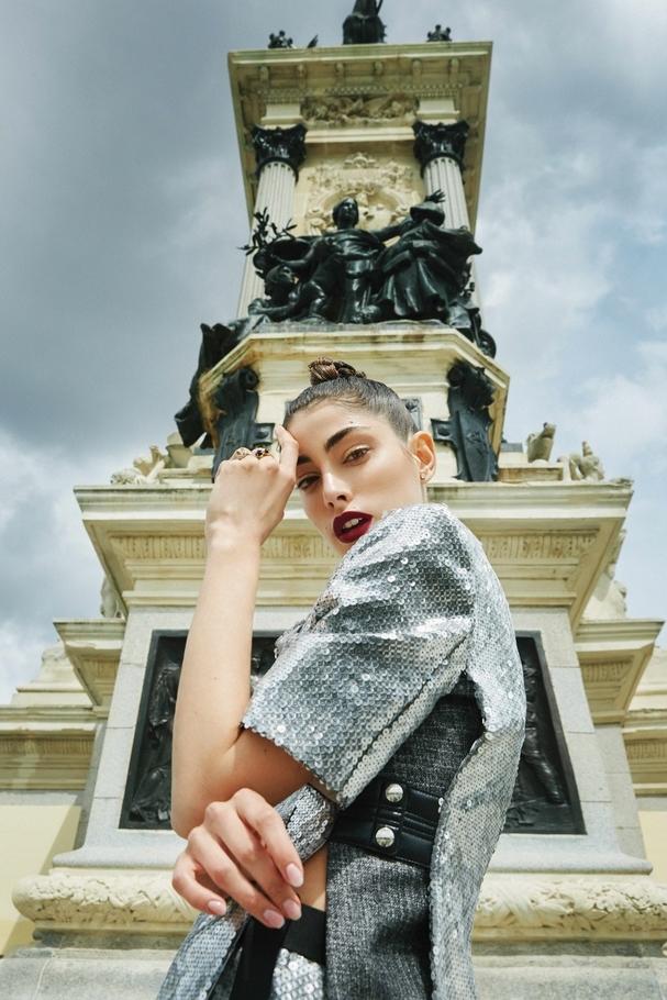 سترة برّاقة وسروال من Louis Vuitton ومجوهرات من  Tres Hermanas