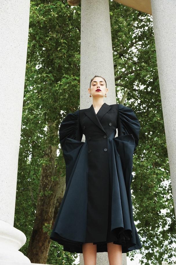 فستان على شكل معطف من Alexander Mcqueen ومجوهرات من Christo Vangelli
