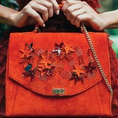 رسالة إلى محبّات الموضة في حقيبة على شكل ظرف!