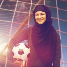 من هي أوّل معلّقة رياضيّة سعوديّة؟