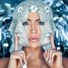 مصمّمون عرب يطبعون إطلالات Jennifer Lopez