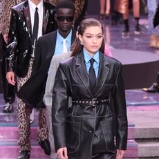 عارضات يقتحمن عرض أزياء Versace للرجال