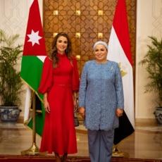 كلّ ما عليك معرفته عن إطلالة الملكة رانيا الخلّابة بالأحمر