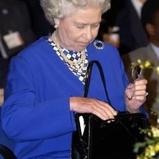 لمَ تحمل الملكة إليزابيث حقيبة أينما كانت وعلى ما تحتوي؟
