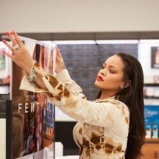 """إغلاق علامة Rihanna """"مؤقتاً"""" والسبب؟"""