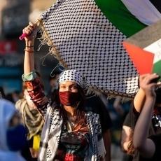 نجمات من حول العالم يدعمن فلسطين... بيلا حديد من بينهنّ!