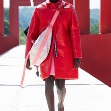 أزياء الريزورت من لويس فويتون ملوّنة ومُفعمة بالإيجابية