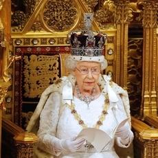 تاج الملكة اليزابيث… على كم حبّة ألماس يحتوي؟